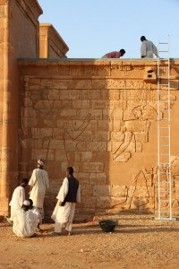 Preparatory work for renewing the modern roof of the Lion Temple at Musawwarat in autumn 2014 (photo: Claudia Näser)