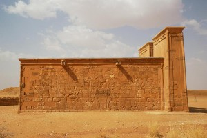 The outer south wall of the Lion Temple at Musawwarat with a procession of gods, led by Apedemak, in front of king Arnakhamani (photo: Claudia Näser)